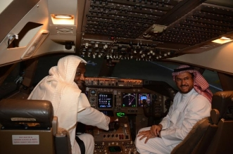 شاهد بالصور.. الكلباني يخوض تجربة قيادة طائرة بوينج - المواطن