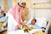 وفد من جامعة الملك خالد يزور المصابين من القوات البرية بالخميس