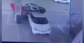 شاهد.. سائقة تفقد السيطرة على سيارتها وتطير فوق سيارة أخرى - المواطن