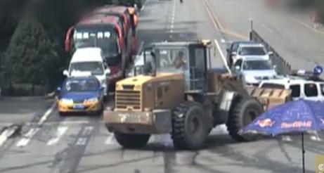 سائق جرافة غاضب يهاجم السيارات