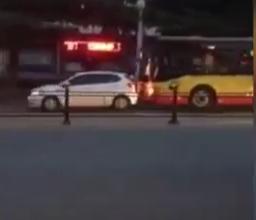 سائق حافلة يصدم سيارة متعمدًا