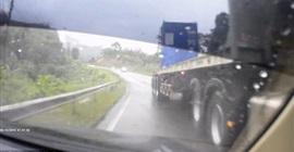 سائق يتجنب الاصطدام بشاحنة