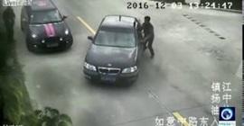 سائق يخطيء في دوس الفرامل فيضغط على البنزين