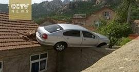 -يركن-سيارته-فوق-سطح-المنزل