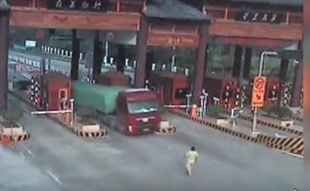 سائق يطارد شاحنته بعد أن نسي الفرامل مفتوحة