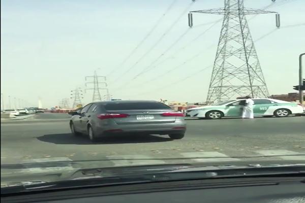 سائق يقطع الإشارة في الرياض