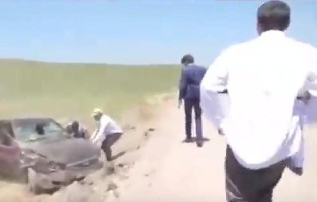 شاهد.. سائق ينجو من حادث وسط موكب زفاف