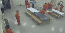 فيديو مروع.. سجناء يقتلون زميلهم ويخفون الجثة في الحمام - المواطن