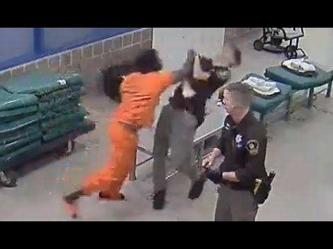 سجين يلكم شرطي
