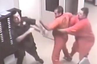 سجين ينقذ أحد ضباط السجن من هجوم زميله