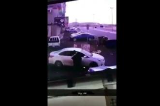 بالفيديو.. في وضح النهار سرقوا حقيبتها وسحلوها ولاذوا بالفرار - المواطن