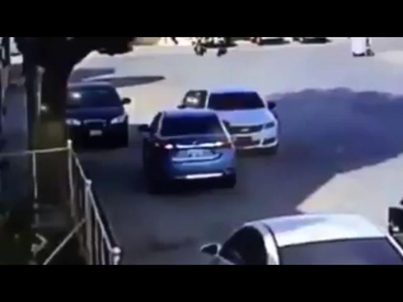شاهد.. خدعة شيطانية جديدة لسرقة سيارات الرياض في وضح النهار!