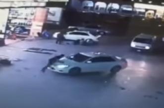 شاهد.. لص يسرق سيارة أمام نظر صاحبها ! - المواطن