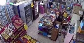 بالفيديو.. لحظة سرقة بقالة بطريقة ماكرة في العيص فجرًا - المواطن