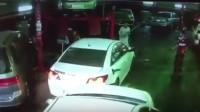 شاهد.. كيف أفلت سارق السيارة من عصيّ مالكها وزملائه بـ #جدة