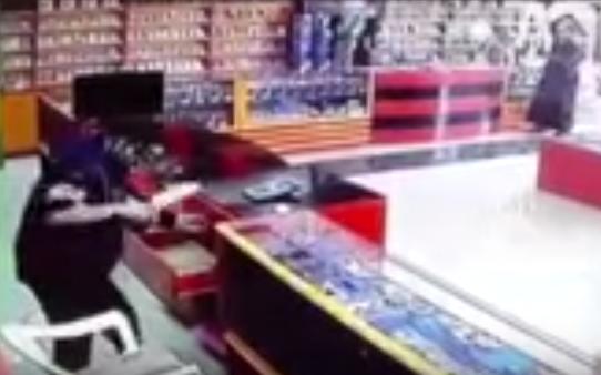 سطو مسلح لمقنعين على محل إلكترونيات برمال الرياض