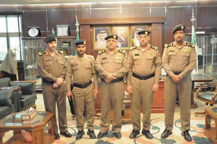 سعادة مدير شرطة منطقة الجوف يكرم احد منسوبي إدارة دوريات الأمن بمنطقة الجوف