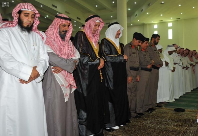 سعود بن نايف يؤدي الصلاة على الشهيد المطيري1