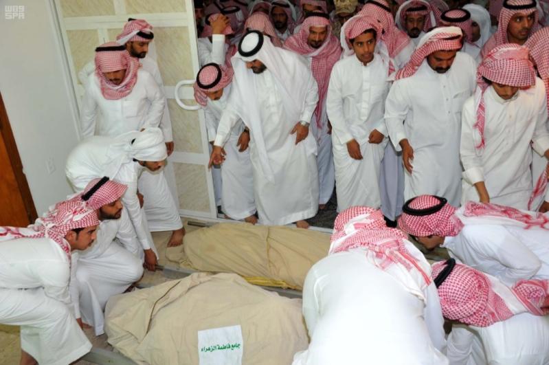 سعود بن نايف يؤدي الصلاة على الشهيد المطيري2