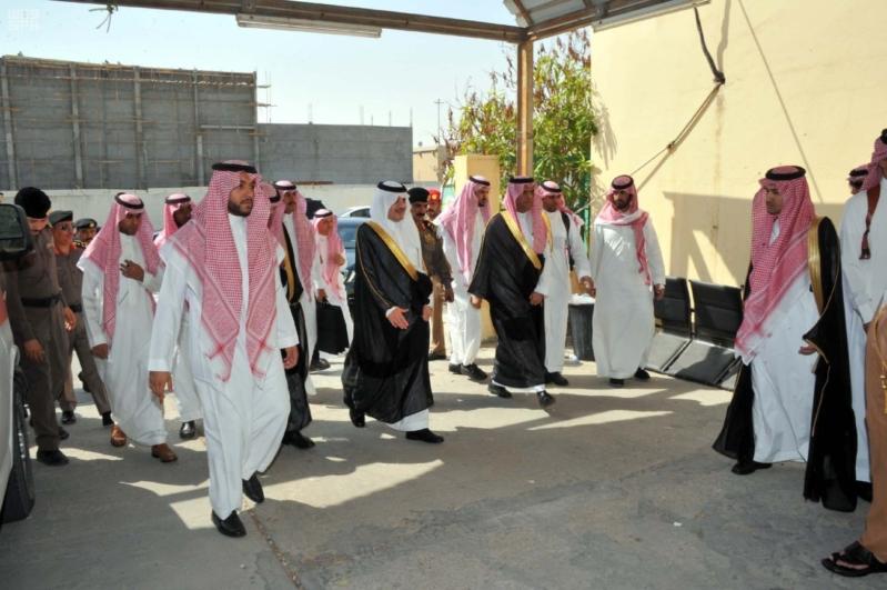 سعود بن نايف يؤدي الصلاة على الشهيد المطيري3