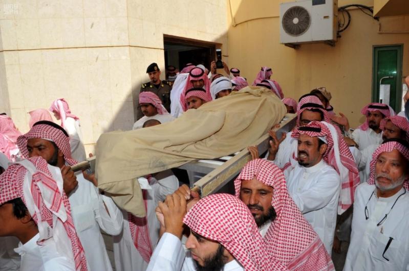 سعود بن نايف يؤدي الصلاة على الشهيد المطيري4