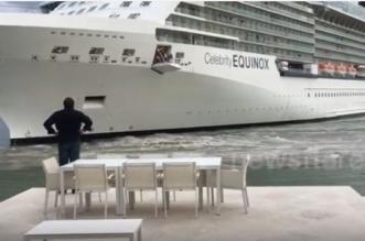بالفيديو.. سفينة ضخمة تجنح نحو الشاطئ كادت تصدم منزلًا - المواطن