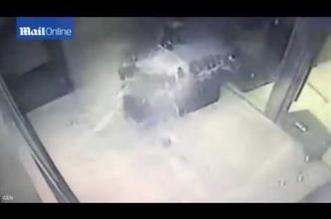 شاهد.. لحظة فارقة تنقذ شاباً من سقوط سقف زجاجي - المواطن
