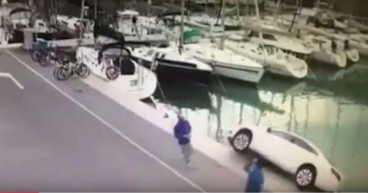 سقوط سيارة في البحر