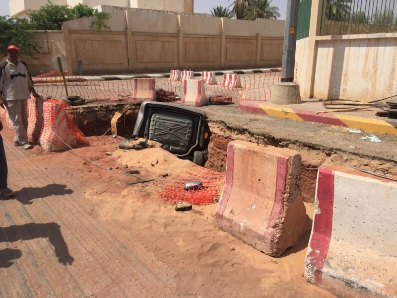 سقوط سيارة في حفرة (2)