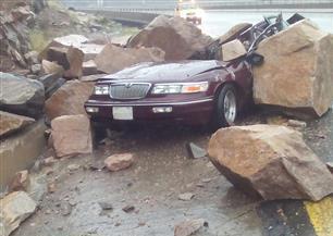 سقوط صخور على سيارة على الطريق السياحي ببني سعد