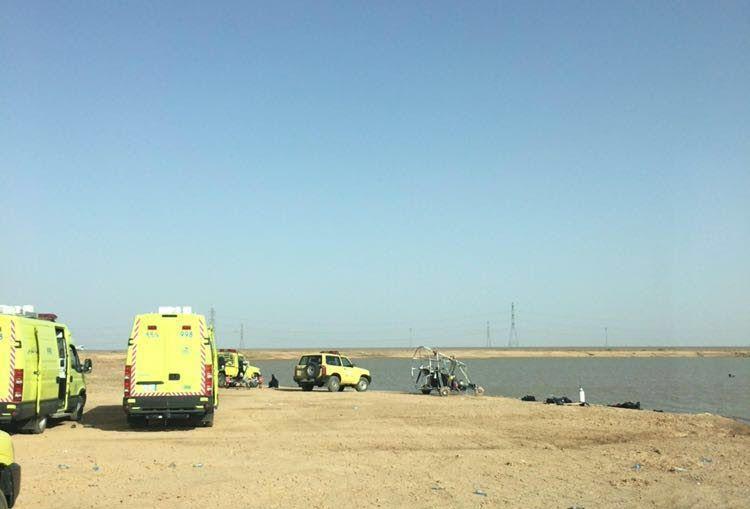 سقوط طائرة شراعية بمستنقع مائي بالمدينة (1)