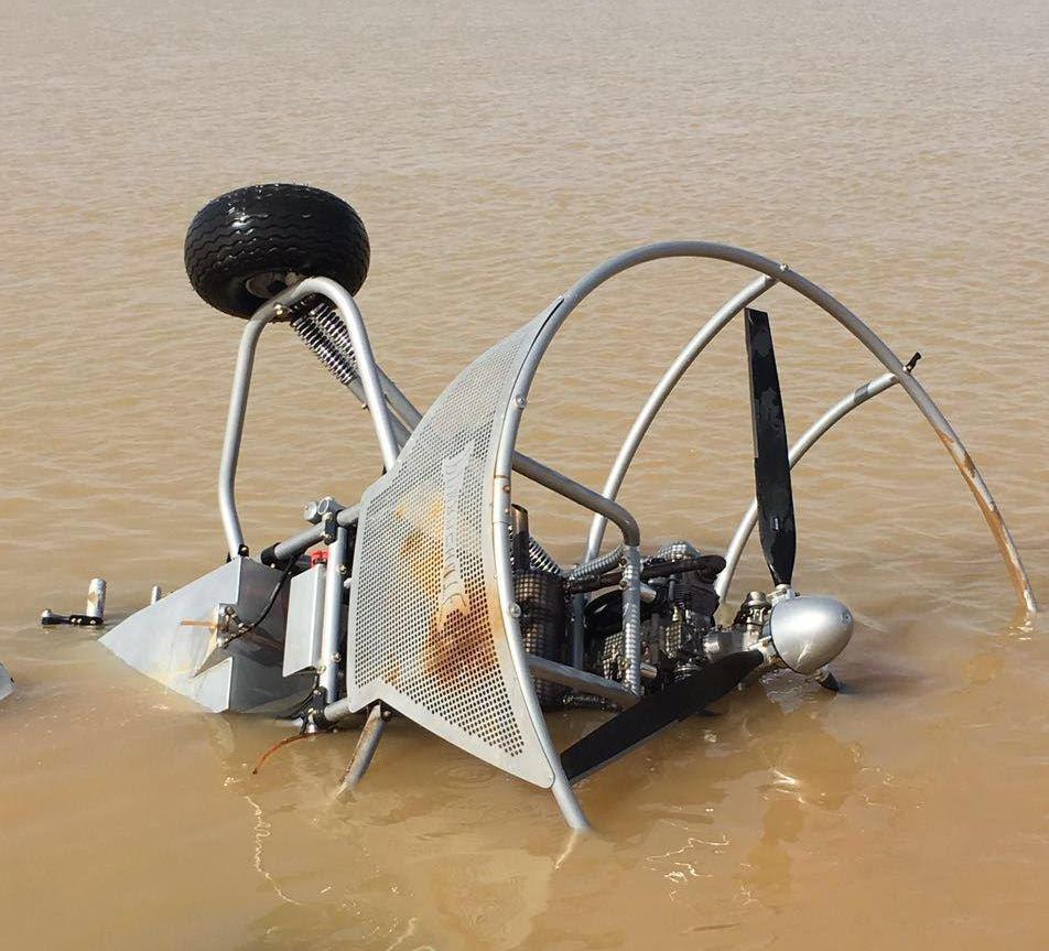 سقوط طائرة شراعية بمستنقع مائي بالمدينة (2)