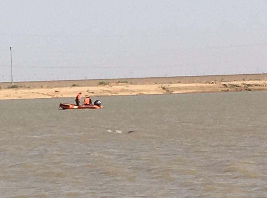 سقوط طائرة شراعية بمستنقع مائي بالمدينة (3)