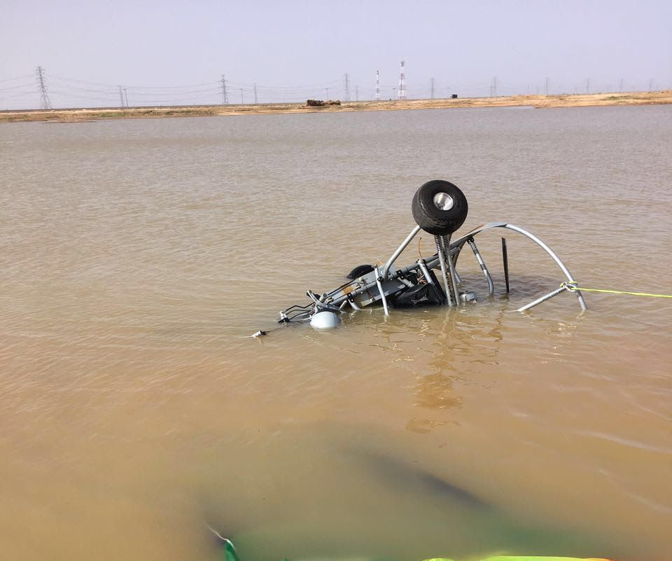 سقوط طائرة شراعية بمستنقع مائي بالمدينة (8)