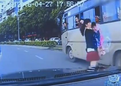 سقوط طفلة من الحافلة