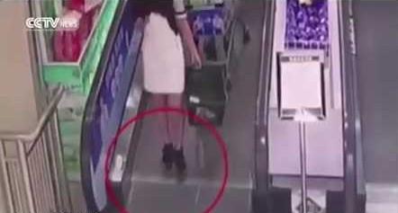 سقوط فتاة من على سلم متحرك بأحد المحلات بالصين