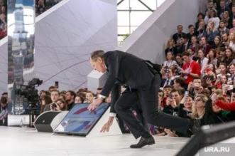 بالفيديو.. وزير الخارجية الروسي يسقط أمام الجمهور - المواطن