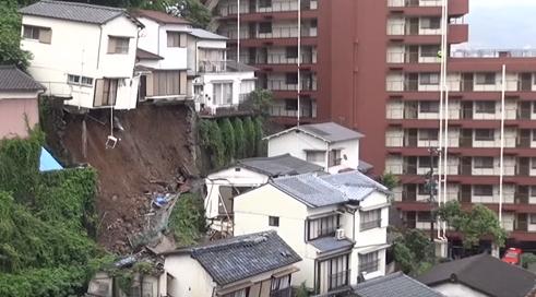 سقوط منزل بعد انهيارات طينية في اليابان