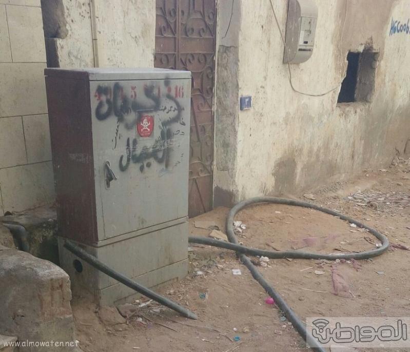 سكان حي الجامعة بجدة كيلو 6 شركة الكهرباء مسؤولية نتيجة ترك كيبل كهربائي على الارض دون معالجة (1)
