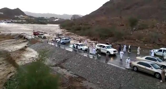بالفيديو.. تهور شباب عمانيين أمام السيل بوادي سداق - المواطن