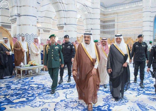 شاهد بالصور .. الملك يغادر جدة إلى خارج المملكة في إجازة خاصة
