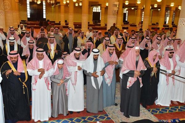 سمو الأمير خالد بن بندر يؤدي صلاة الميت على سمو الأميرة حصة بنت عبد المحسن آل مشاري