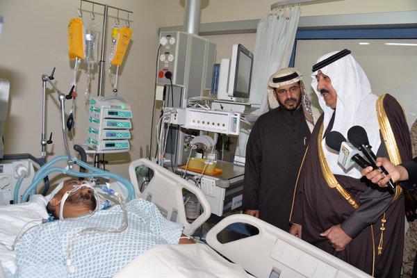 سمو الأمير متعب بن عبدالله يزور قبل قليل مصابي #الحد_الجنوبي من قوات الحرس الوطني