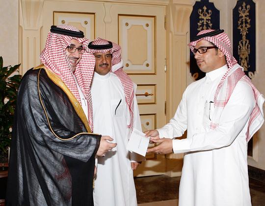 سمو الامير نواف بن فيصل يكرم  المدرب الوطني للرمايه بالسهام الكابتن مشعل العتيبي