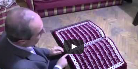سوري يخط القرآن الكريم كاملاً بـخيوط القصب المذهب