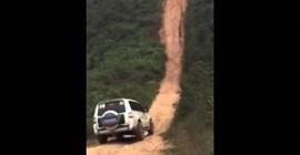 سيارة تصعد منحدر شبه مستقيم