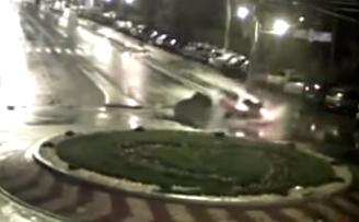 سيارة تطير في بركة ماء