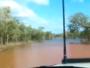 سيارة تعبر نهر