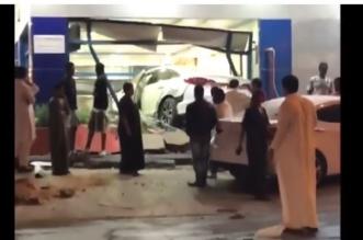 سيارة تقتحم مطعم الرياض