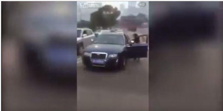 سيارة تندفع للخلف